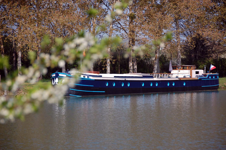 Magnolia barge cruises in Burgndy